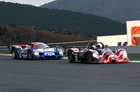 「カテゴリー混走模擬レース2」で、1999年のルマンに出走した「日産R391」(影山正美)を、1992年度のJSPC(全日本スポーツプロトタイプカー耐久選手権)のチャンピオンマシンである「R92CP」(長谷見昌弘)が追う。