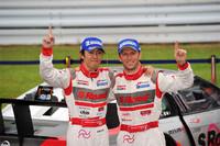 勝利を喜ぶNo.46 S Road MOLA GT-Rのドライバー。写真左から、柳田真孝とロニー・クインタレッリ。