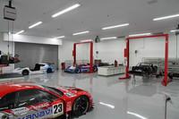 「レースカー整備場」では、「リーフNISMO RC」、2003年のGT500チャンピオンマシンである「ザナヴィ・ニスモGT-R(R34)」、日産初のグループCカーである「R91CP」、1966年に開かれた第3回日本グランプリの優勝車である「R380-I」などが整備を受けていた。