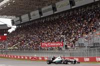 メルセデスのハミルトンは、2番グリッドという好位置をレースで生かせず5位完走。スタートで3位に落ち、第2スティントではタイヤのパフォーマンスが著しく低下するも、チームはスケジュール通りの2ストップを望んだためにペースが振るわず、ベッテル、グロジャンを追えずじまいだった。(Photo=Mercedes)
