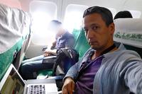 で、その機内はこんな感じ。確かに狭いけど、ガマンできないほどではない。