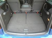 3列目を格納すると、フラットな荷室が拡がる。セカンドシートはダブルフォールディングに加え、3座を独立して取り外し可能。中央席のシートバック裏は、テーブルになる。
