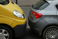 パリ、アンヴァリッド(廃兵院)近くで。すれすれに駐車された「ルノー・トラフィック」と「アルファ・ロメオ・ジュリエッタ」。