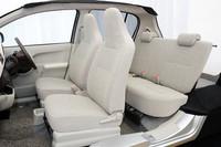 「トヨタ・パッソ」内装のカットモデル。フロントセパレートシートは、「パッソ」と、「ダイハツ・ブーン」のエントリーモデル「CL」に採用される。