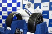 「パイロットスポーツ4」(右)と、「フォーミュラE」に供給されるレース用タイヤの「パイロットスポーツEV」(左)。