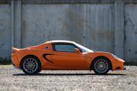 全長わずか3.8mのMRスポーツカー「ロータス・エリーゼ」。着脱式のルーフを外せば、より開放的なドライビングが楽しめる。