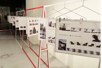 ギャラリーには世界的に活躍する写真家レスリー・キー氏の撮り下ろし作品が並ぶ。