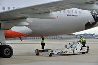 JetStarのエアバスA320を移動させる「パワー・プッシュバック・ユニット」(PPU)と呼ばれる特殊車両。