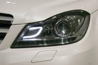 ヘッドライト内には「C」シェイプのLEDポジションライトが備わる。