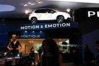 ブースの片隅に位置するグッズ販売コーナーの上にも、「プジョー2008」の姿が。