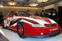 アメリカ人のハートを掴んで離さないNASCARシリーズ。トヨタは今年、そのトップカテゴリー、ネクステルカップに「カムリ」で参戦を始めた。