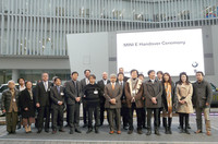 「MINI E」の実証試験に参加する14名の方々。