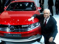 フォルクスワーゲンのコンセプトカー「クロスクーペ・プラグインハイブリッド」と同社のマルティン・ヴィンターコルンCEO。
