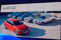 発表会場でのスライドから。新型の奥に見えるのが、1975年に誕生した初代(写真右端)以下、歴代の「3シリーズ」。
