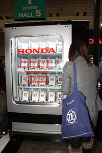 ホンダのブースに設置されていた、オートサロン会場限定のSHINICHIRO ARAKAWAとのコラボTシャツを販売するベンディングマシン。Tシャツの価格は1000円と良心的だった。