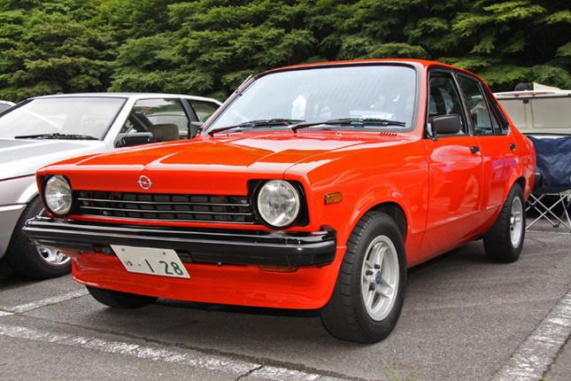 親会社だったGMの意向により、ドイツのオペルが開発を主導する「ワールドカー」構想から1974年秋に生まれた初代「ジェミニ」。これは通称「逆スラント」と呼ばれるノーズを持つ79年「1800LS」。当時マニアの間でお約束だった兄弟車の「オペル・カデット」用のグリルとミラー、エンブレムを装着した「カデット仕様」である。フロントのエアダム、カンパニョーロ103Eホイール、マーシャルのヘッドライトもドレスアップの定番アイテムだった。
