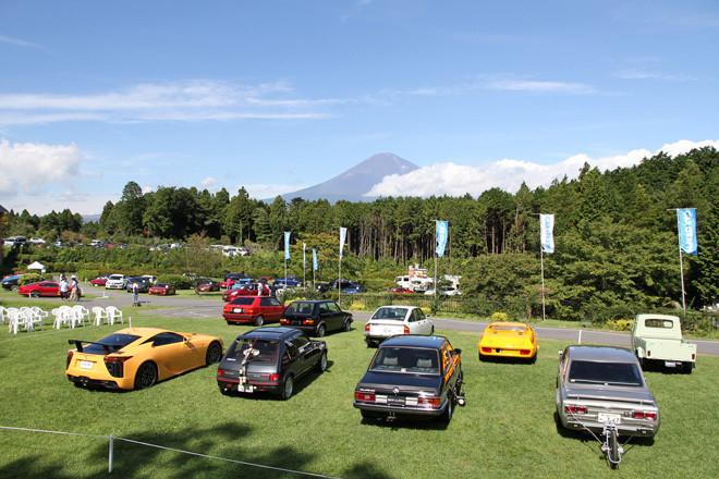 開場前の会場風景。青空に富士山が映える。手前の9台は、50年を振り返ってとくに印象深いクルマを選んだテーマ展示車両の一部。