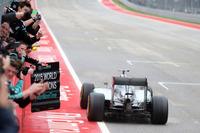 レース終盤、前を走るロズベルグがコースオフしたことでトップの座が転がり込んできたハミルトン。ロズベルグ、ベッテルを従えてそのままチェッカードフラッグを受け、最良のかたちで2連覇、3度目の戴冠を迎えた。タイトル獲得3回は、イギリス人ドライバーとしてはジャッキー・スチュワート以来42年ぶり、2人目の快挙。さらに勝利数ではセバスチャン・ベッテルを抜き歴代単独3位に上がった。(Photo=Mercedes)