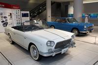 日産グローバル本社ギャラリーに展示中の、アレマーノ製プロトタイプである1960年「プリンス・スカイラインスポーツ コンバーチブル」(写真手前)と「同クーペ」(同奥)。