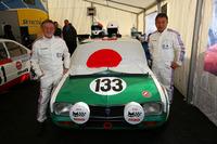 133号車をドライブした2人のドライバー。左が2台のオーナーである加藤 仁さん、右が杉山栄一さん。車両だけでなく、レーシングスーツなども当時のものを忠実に再現している。