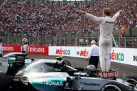 前戦アメリカGPでは、自らのミスで優勝とタイトルを最大のライバルであるハミルトンに献上してしまったロズベルグ(写真右)。続くメキシコでは、週末を通じ好調をキープ。予選で4戦連続ポール奪取を決め、決勝でもスタートから集中を切らすことなくトップを守り、ポール/優勝/ファステストラップのハットトリックを初めて達成した。「速くても勝負どころでは弱い」という汚名を返上する走りだった。(Photo=Mercedes)