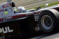 4月20日に他界したMotoGPライダー、加藤大治郎の親友である本山。右腕に喪章、マシンには故加藤選手のゼッケン「74」を付けてレースに臨んだ。
