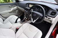 今回旅をともにした「V40 T4 SE」のインテリア。チャコールのダッシュボードに、ブロンドと呼ばれる明るい色調のテキスタイルシートが組み合わされる。