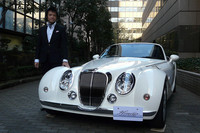 光岡自動車のデザイナーを務める青木孝憲さんと、特別仕様車の「ミツオカ・ヒミコ モノクローム」。