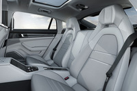 「ターボ エグゼクティブ」の後部座席。電動調整が可能で、シートヒーターも備わる。