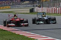 予選Q2でマーク・ウェバーの邪魔をしたとして、6番手タイムだったものの3グリッド降格の9番グリッドに落ちたフェリッペ・マッサ(写真左)。レースではハンディをはね返し好走、3位でチェッカードフラッグを受けるまで挽回した。フェラーリはコンストラクターズランキングでロータスを抜き2位に躍進。(Photo=Ferrari)
