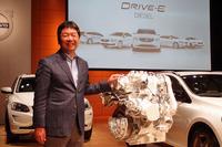 「D4」ユニットのカットモデルと、ボルボ・カー・ジャパン代表取締役社長 木村隆之氏。欧州駐在中に現地でクリーンディーゼルが急速に普及するさまを見てきたという木村社長は、日本における今後のシェア拡大に期待を寄せる。