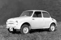 こちらは1960年にデビューした当初の「三菱500」。三角窓もなく、バンパーやライトリムも塗装、ウィンカーはセンターピラーに付いた前後共用のみ、もちろんサイドモールはなしと、徹底的に簡素だった。スタイルはドイツ製ミニカーの「ゴッゴモビル」や「ロイト」に似ている。