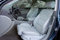 フロントシートは、前後高さ、リクライニングとランバーサポートはもちろん、シートバック上部の角度や、長さの電動調節機構が標準で備わる。シート長を伸ばしても、座面と延びる部分の間に隙間はなく、面一で見た目もきれいだ。