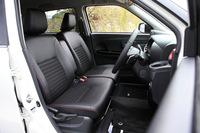 シートの形状は基本的に3モデル共通。運転席にはシートヒーターと収納付きセンターアームレストが装備される。