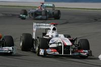 小林可夢偉のザウバー「C30」は、予選Q1出走前に燃料系トラブルに見舞われタイム計測できず、最後尾スタートが決定。レースでは果敢にオーバーテイクを仕掛け、3ストップでなんと14台抜きの10位入賞を果たした。レース後、セバスチャン・ブエミとの接触によるパンクがなければ7位も夢ではなかった、とコメント。これで失格となった開幕戦以外、3戦連続ポイント獲得となった。(Photo=Sauber)