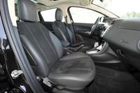 テスト車にはレザーとアルカンターラのコンビネーションシートが装着されていたが、ポルトローナフラウのレザーシートを選ぶこともできる。