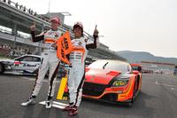 逆転勝利でガッツポーズ。小林崇志(写真左)と高木真一のNo.55 ARTA CR-Z GTが2014年シーズン初のクラス優勝を手にした。