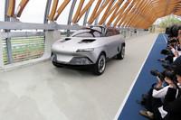 会場裏手より、自走でステージへと向かう「アクシー」。同車には、GLMのスポーツEV「トミーカイラZZ」のプラットフォームが用いられている。