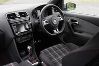 運転席まわりの様子。ステアリングホイールやシフトノブのほか、メータークラスターなどもGTI専用デザインとなる。