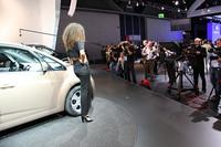 ニューモデル「ヴェンガ」を発表したキアのステージで。
