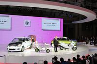 """第42回東京モーターショーの「スズキブース」。二輪と四輪を同時に展示する舞台は近年の「スマート」のものを思わせるが、思えばスズキのほうが""""元祖""""である"""