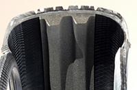 中央に見える灰色の物体が吸音スポンジ。断面が二山になっているのは、表面積を増やすためと、スポンジが受ける衝撃を分散させるため。