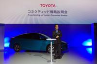 トヨタ自動車の友山茂樹専務と「トヨタ・プリウスPHV」。