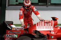 好事魔多し。優勝へとまっしぐらのライコネンに、エキゾーストトラブル発生。マシン後方の右側には大きな傷跡が残っているが、奇跡的にマシンは走り続けることができた。次戦に向けてエンジン交換が予定されるが、レギュレーションにより1回のみペナルティを受けることなく交換できるため、グリッド降格の心配はない。(写真=Ferrari)