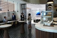 1階のコーヒースタンド。奥に見えるのが「Garage」と呼ばれる展示スペース。
