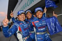 勝利を喜ぶ、SUBARU BRZ R&D SPORTのドライバー。写真左から、佐々木孝太、井口卓人、そして山野哲也のトリオ。