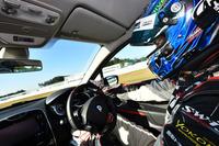 """袖ヶ浦のコーナーを攻める、レーシングドライバー谷口信輝。""""最強のルーテシア""""は、プロのドライブで、どんな走りを見せるのか?"""
