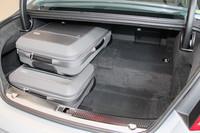 「A8ハイブリッド」の荷室。後席の後ろにリチウムイオンバッテリーを搭載するため、トランク容量はノーマルの「A8」から110リッター減の400リッターとなる。A8ハイブリッドには写真の収納用バッグが4個備わる。