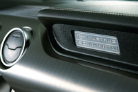 ダッシュボードの助手席側には専用アルミプレートが貼られる。