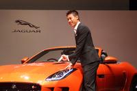 発表会では、車両のボンネットにサインを記すパフォーマンスも。     (写真をクリックすると、サインのほか、より多くの画像が見られます)
